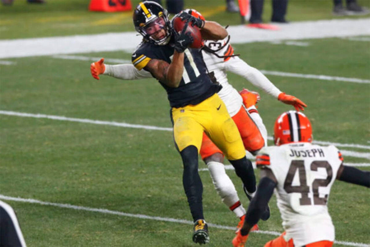 Abbotsford's Chase Claypool makes a catch against the Cleveland Browns during NFL Wildcard round action last season. (Jared Wickerham/Pittsburgh Steelers)